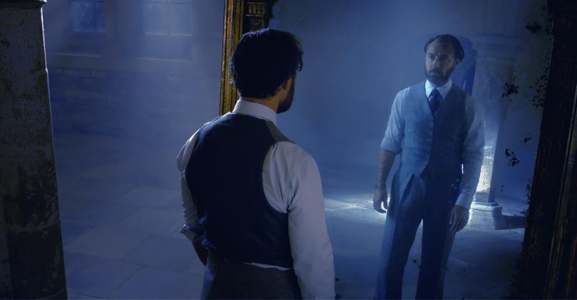 Em uma cena do trailer, Dumbledore vê seu reflexo no espelho de Ojesed.