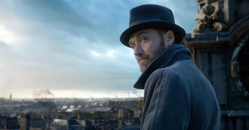 Still do trailer do filme que mostra Dumbledore em cima de uma igreja e com um panorama de Londres ao fundo.