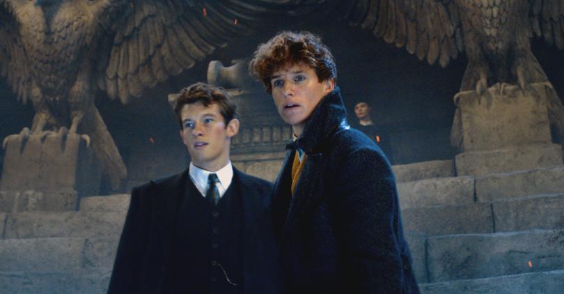 Em uma captura do trailer, os irmãos Scamander aparecem no anfiteatro, envoltos em uma iluminação azul.