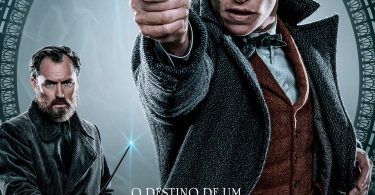 """Pôster individual de Newt e Dumbledore. Vemos Newt em destaque, com a varinha empunhada. Dumbledore está ao fundo, também com a varinha empunhada, mas menos alerta. Acima do logo, lê-se: """"O destino de um. O futuro de todos"""""""