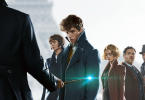Recorte do pôster que mostra os personagens Tina, Newt e Jacob olhando para Grindelwald, de costas, com a Varinha das Varinhas em uma mão. Queenie olha para o chão. Yusuf Kama olha para a frente.