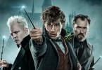 Grindelwald, Newt e Dumbledore em frente a Hogwarts segurando suas varinhas.