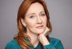 Foto de J.K. Rowling com o cabelo ruivo e usando uma camisa azul.