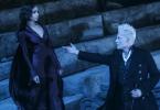 Grindelwald estendendo a mão direita para Leta em um anfiteatro.