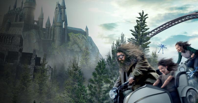 Parte de imagem promocional da montanha-russa Hagrid's Magical Creatures Motorbike Adventure, com Hagrid em sua motocicleta na frente do castelo de Hogwarts.