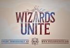 """Logo do jogo em vermelho sobre o fundo amarelado como papel antigo. Ele tem três varinhas no lugar do """"A"""" do Wizards. Embaixo, há o texto """"enlist immediately at wizardsunite.com"""""""