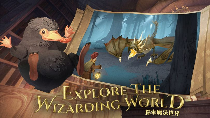 """No lado esquerdo, um pelúcio em um traço parecido com anime. No lado direito, uma imagem do jogo, com um bruxo encarando um dragão. Abaixo, no meio, está escrito """"Explore o Mundo Bruxo""""."""